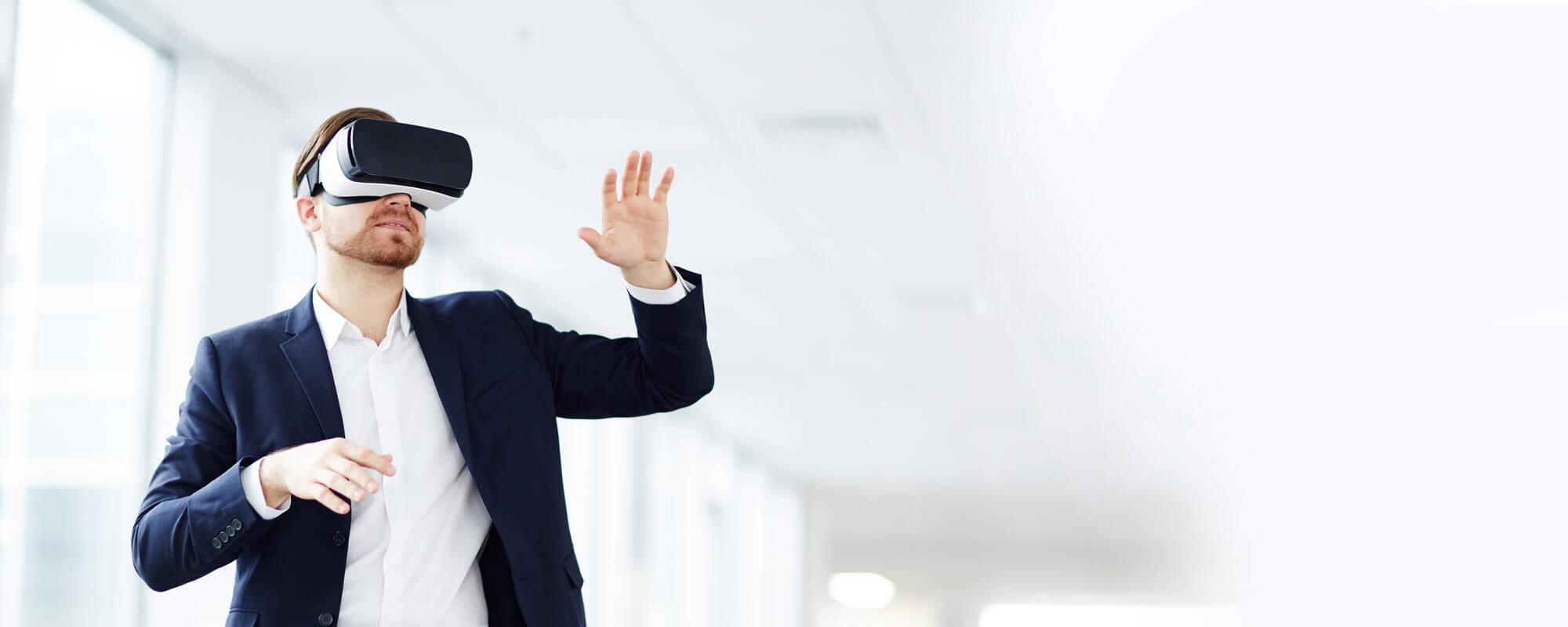 Mann mit VR Brille im Büro