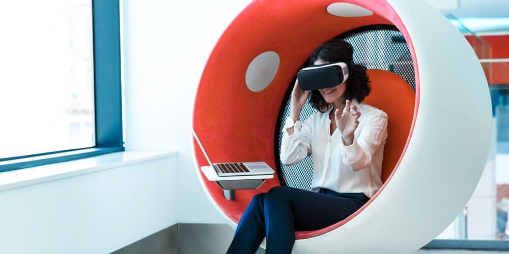 Frau mit Virtual Reality Brille im Büro